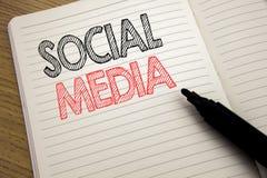 Handwriting zawiadomienia tekst pokazuje Ogólnospołecznych środki Biznesowy pojęcie dla Globalnej Internetowej sieci pisać na not obraz royalty free