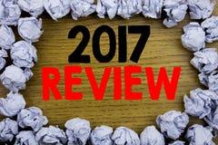 Handwriting zawiadomienia tekst pokazuje 2017 przegląd Biznesowy pojęcie dla Rocznego Zbiorczego raportu pisać na drewnianych dre obraz stock