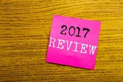 Handwriting zawiadomienia tekst pokazuje 2017 przegląd Biznesowy pojęcie dla Rocznego Zbiorczego raportu pisać na kleistej notatk zdjęcie stock
