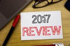 Handwriting zawiadomienia tekst pokazuje 2017 przegląd Biznesowy pojęcie dla Rocznego Zbiorczego raportu pisać na papierze, drewn zdjęcie stock
