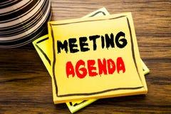 Handwriting zawiadomienia tekst pokazuje spotkanie agendę Biznesowy pojęcie dla Biznesowego rozkładu planu pisać na kleistym nuto Obrazy Stock