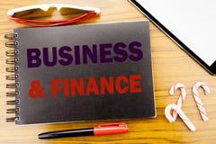 Handwriting zawiadomienia teksta finanse I biznes Biznesowy pojęcie dla firmy strategii Pisać na notepad notatnika książce z zdjęcie stock