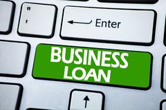 Handwriting zawiadomienia teksta seansu Biznesowa pożyczka Biznesowy pojęcie dla Pożyczać finanse kredyt pisać na błękita kluczu  zdjęcia stock