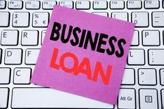 Handwriting zawiadomienia teksta seansu Biznesowa pożyczka Biznesowy pojęcie dla Pożyczać finanse kredyt pisać na kleistym nutowy zdjęcia stock