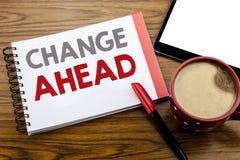 Handwriting zawiadomienia teksta seansu zmiany Naprzód Czerwony słowo Biznesowy pojęcie dla przyszłość zmian Pisać na notepad nut zdjęcie stock