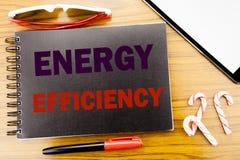 Handwriting zawiadomienia teksta wydajność energii Biznesowy pojęcie dla elektryczności ekologii Pisać na notepad notatnika książ zdjęcie stock