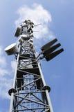 Handyübermittler auf Telekommunikation ragen am sonnigen Tag hoch stockfotos
