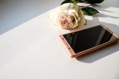 Handy als Geschenk für glücklichen Valentinsgruß-Tag, stieg, Geschenk, eintragen am 14. Februar auf weißem Hintergrund, kopieren  lizenzfreies stockbild