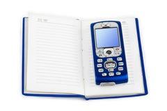 Handy auf Buch Lizenzfreies Stockfoto