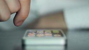 Handy auf der Tabelle gedrückt und durch Finger geklaut stock footage