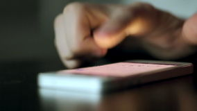 Handy auf der Tabelle gedrückt und durch Finger geklaut stock video