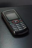 Handy auf dunkler Tabelle Lizenzfreies Stockbild