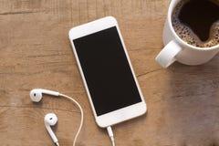 Handy auf Holztisch lizenzfreie stockfotos