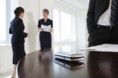Handy auf Konferenztische während der Sitzung. Stockfoto