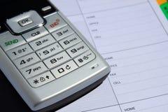 Handy auf Telefonbuch Lizenzfreie Stockfotos