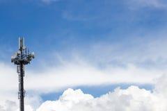 Handy-Basisstation im blauen Himmel Lizenzfreie Stockfotografie
