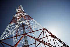 Handy-Basisstation im blauen Himmel Stockfoto