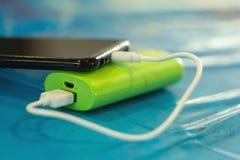 Handy-Batterie, Nahaufnahme Aufladung von intelligenten Mobiltelefonen, Weichzeichnung stockfotografie