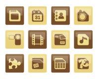 Handy-, Computer-und Internet-Ikonen über braunem Hintergrund Lizenzfreies Stockfoto