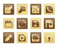 Handy-, Computer-und Internet-Ikonen über braunem Hintergrund Stockfotos
