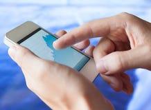 Handy in den Händen Lizenzfreies Stockfoto
