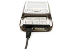 Handy, der aufgeladen wird Lizenzfreie Stockfotografie