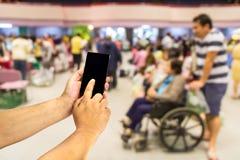 Handy in der Hand auf Abteilung des ambulanten Patienten Stockfoto