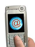 Handy in der Hand, eMail und Erde auf Bildschirmanzeige Stockbilder