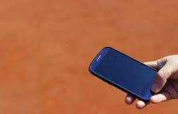 Handy in der Hand, unerkennbares Telefon Lizenzfreie Stockfotografie