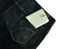 Handy in der Jeanstasche lizenzfreie stockfotos