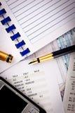 Handy, Feder und Finanzdokumente Lizenzfreie Stockfotografie