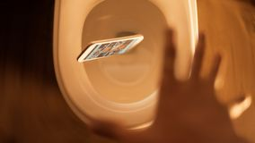 Handy fiel in Toilette Stockbild