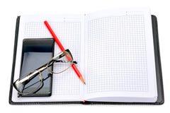 Handy, Gläser und Notizbuch Lizenzfreies Stockbild