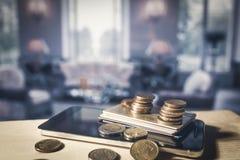 Handy, Kreditkarten und Euromünzen Stockbilder