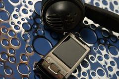 Handy mit der Hand festgemacht und ein altes Telefon Lizenzfreies Stockfoto