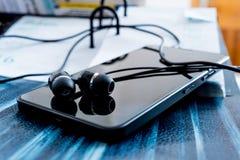 Handy mit Kopfhörern Lizenzfreies Stockfoto