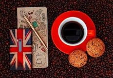 Handy mit Planbook und Tasse Kaffee mit Keksen auf Kaffee-Hintergrund Stockfoto