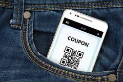 Handy mit Rabattkupon in der Tasche Stockbilder