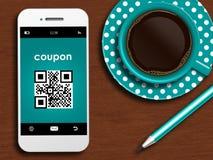 Handy mit Rabattkupon, -Tasse Kaffee und -bleistift lyin Lizenzfreie Stockfotografie
