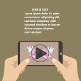Handy mit Video-Player auf dem Schirm in den menschlichen Händen Lizenzfreie Stockbilder