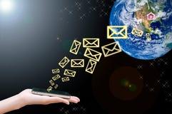 Handy schließen an Hand an die Welt an Stockbild