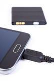 Handy, Stecker des Ladegeräts und Telefonbatterie, Smartphoneaufladung Lizenzfreies Stockfoto