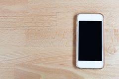 Handy und intelligentes Telefon im hölzernen Hintergrund Lizenzfreie Stockbilder
