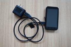 Handy und Ladegerät Stockfoto