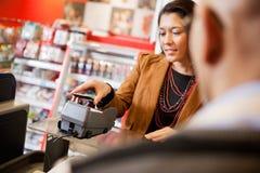 Handy-Zahlung unter Verwendung NFC Stockfoto
