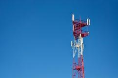 Handyantenne, Übermittler Telekommunikationsradiomobilantenne gegen blauen Himmel Stockfotografie