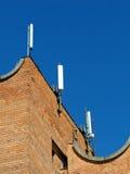 Handyantenne, Übermittler Telekommunikationsradiomobilantenne gegen blauen Himmel Stockfoto