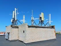 Handyantenne, Übermittler Telekommunikationsradiomobilantenne gegen blauen Himmel Lizenzfreies Stockfoto