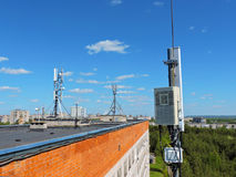 Handyantenne, Übermittler Telekommunikationsradiomobilantenne gegen blauen Himmel Lizenzfreie Stockfotos