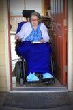 Handycapped在轮椅的妇女骑马 免版税库存照片
